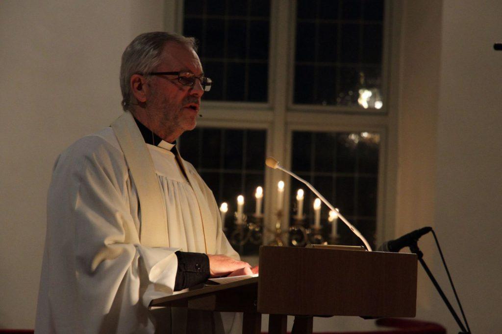Olle Wallin predikar i Äspereds kyrka. Fotograf: Karl-Gunnar Johansson